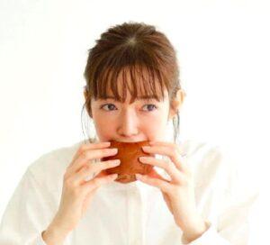 佐藤栞里立ち食い画像