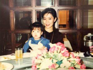 石橋貴明の娘、石橋穂乃香と母親の画像
